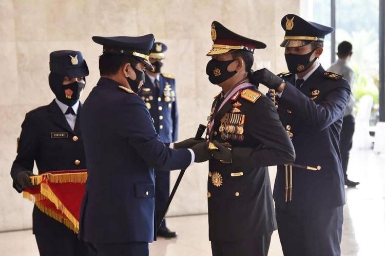 Panglima TNI Marsekal TNI Hadi Tjahjanto menyempatkan tanda kehormatan bintang angkatan kelas utama kepada Kapolri Jenderal Pol Idham Azis.