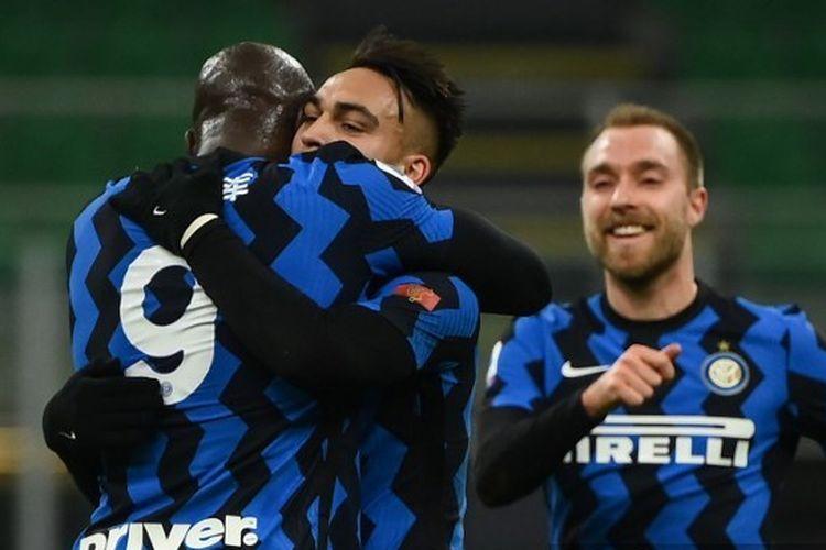 Penyerang Inter Milan, Romelu Lukaku, merayakan gol ke gawang Lazio pada laga lanjutan pekan ke-22 Liga Italia di Stadion San Siro, Senin (15/2/2021) dini hari WIB.