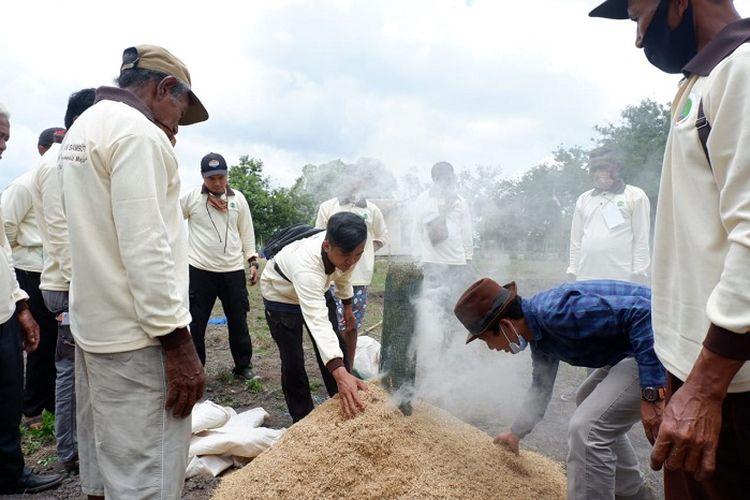 Praktik pembuatan arang sekam untuk pembenahan tanah dan pupuk.