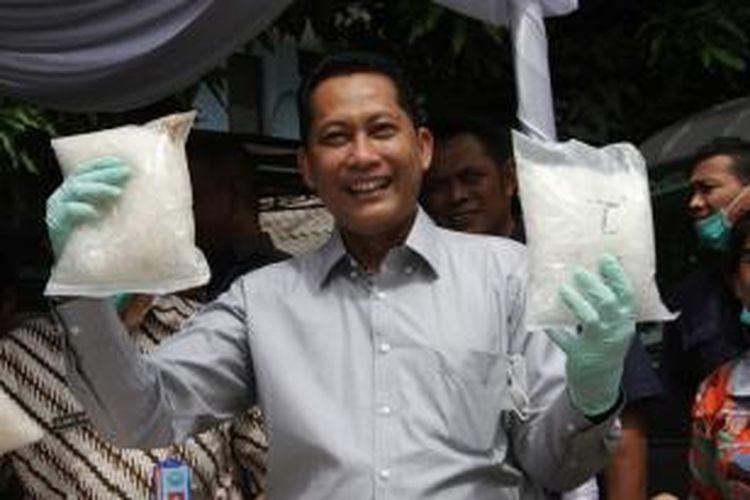 Kepala Badan Narkotika  Nasional (BNN) Komjen Pol Budi Waseso saat acara pemusnahan barang bukti di kantor BNN, Jakarta Timur, Selasa (15/12/2015). BNN memusnahkan 164 kilogram sabu dan 131 butir ekstasi dari pengungkapan lima kasus berbeda.