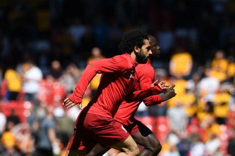 Sadio Mane dan Mohamed Salah menjalani pemanasan jelang laga Liverpool vs Wolverhampton Wanderers di Stadion Anfield, 12 Mei 2019.