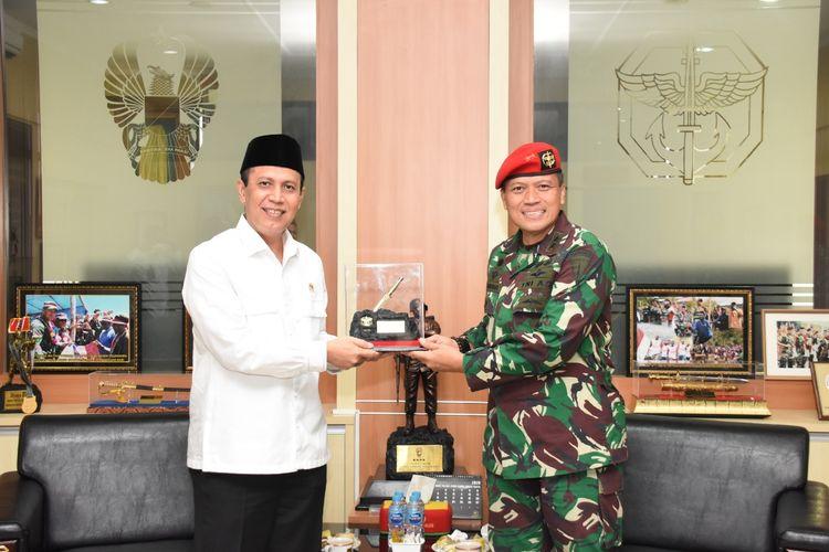 Danjen Kopassus Mayjen TNI I Nyoman Cantiasa menerima kunjungan Kepala Badan Nasional Penanggulangan Teror (BNPT) Komjen Pol Boy Rafli Amar di Makopassus, Cijantung, Jakarta Timur, Senin (8/6/2020).