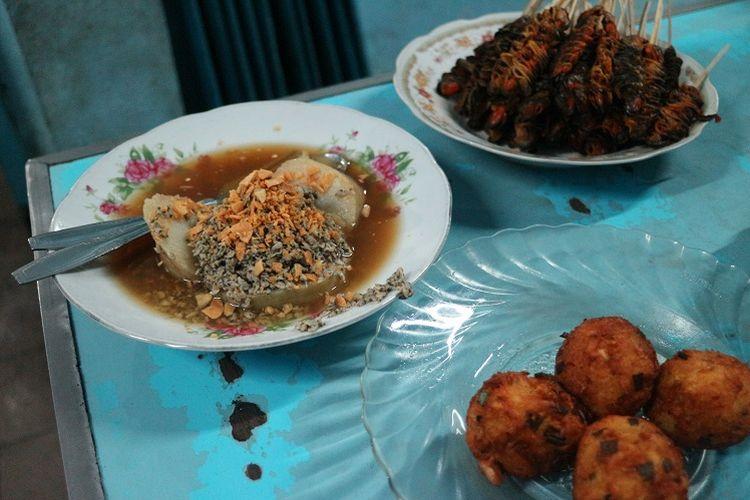 Seporsi lontong kupang dengan sate kerang dan lentho di Warung Lontong Kupang Bu Ning di bilangan Pasar Keraton, Pasuruan, Jawa Timur, Selasa (5/6/2018). Lontong kupang merupakan salah satu makanan khas Pasuruan