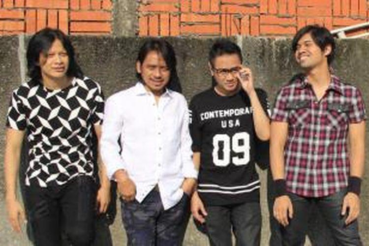 GIGI (dari kiri ke kanan): Armand Maulana (vokal), I Dewa Gede Budjana (gitar), Thomas Ramdhan (bas), dan Gusti Erhandy atau Hendy (drum)
