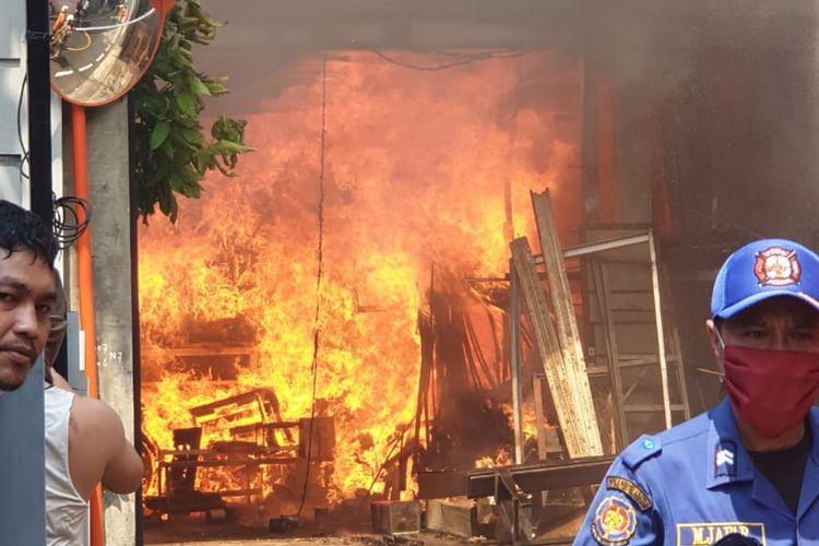 Sebuah gudang kayu di Jalan Basuki, RT 007 RW 006 Kelurahan Cilangkap, Kecamatan Cipayung, Jakarta Timur, terbakar, Rabu (1/9/2021).