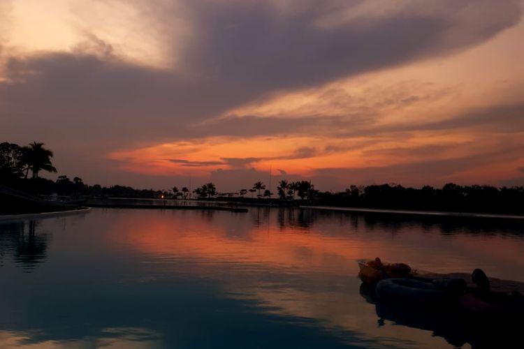 Foto matahari terbenam menggunakan Samsung Galaxy Note 9 terlihat mirip dengan hasil foto menggunakan kamera DSLR.  Hal ini disebabkan para pengguna Samsung Galaxy Note 9 dapat mengatur kualitas cahaya diantaranya white balance dan ISO Speed. Foto diambil di Pulau Bintan, Kepulauan Riau, Senin (1/10/2018).