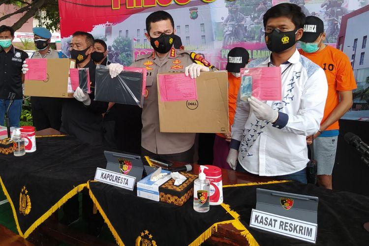 Kapolresta Bandara Soekarno-Hatta, Kombes Pol Adi Ferdian (tengah) ketika menunjukkan sejumlah barang bukti saat jumpa pers kasus pencurian laptop di Taman Integritas Mapolresta Bandara Soekarno-Hatta, Rabu (30/12/2020) siang.
