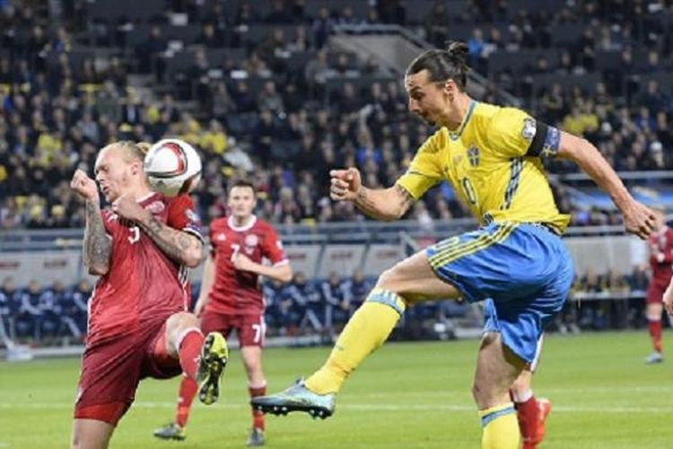 Penyerang Swedia, Zlatan Ibrahimovic (tengah), dibayang-bayangi oleh bek Denmark, Simon Kjaer (kiri), pada laga play-off Piala Eropa 2016 di Stadion Friends Arena, Solna, Sabtu (14/11/2015).