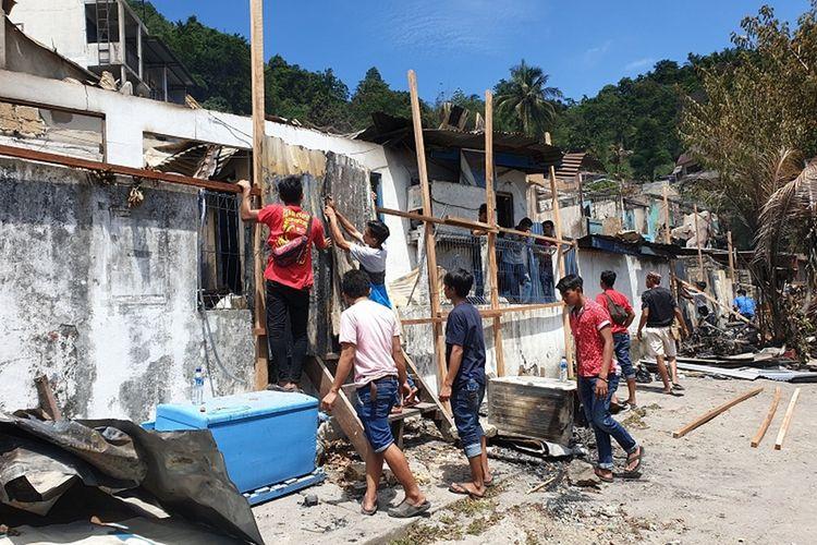 Warga Jayapura mulai bahu membahu membersihkan kerusakan yang terjadi disebabkan kerusuhan Jayapura pada 29 Agustus lalu, di Kota Jayapura, Papua, Sabtu (31/8/2019)