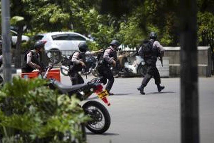 Polisi dengan senjata lengkap menerobos masuk Gedung Djakarta Theater di kawasan Thamrin, Jakarta Pusat untuk melumpuhkan aksi teror di Jakarta Pusat, Kamis (14/1/2016).