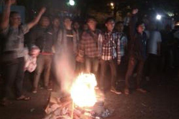 Himpunan Mahasiswa Indonesia (HMI) melakukan aksi bakar dengan membakar sampah di depan Pengadilan Tindak Pidana Korupsi, Kuningan, Jakarta, Rabu (24/9/2014).