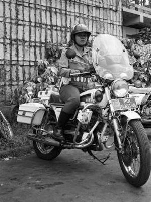 Sersan Dua Siswanti, anggota Brigade Motor Polisi Wanita Lalulintas Kodak Metro Jaya. Terkait foto dan berita yang dimuat Jumat, Kompas 16-10-1981.