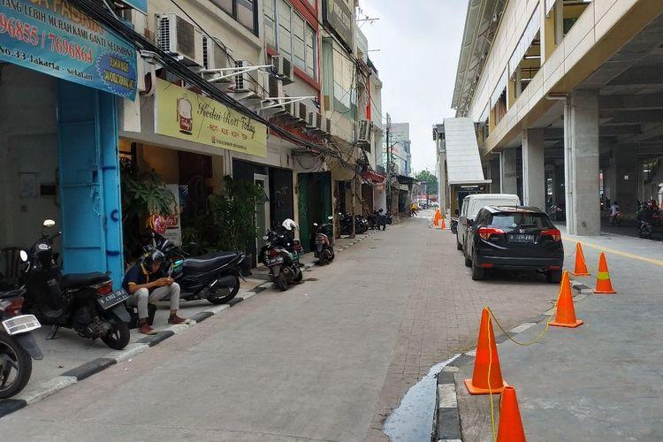 Traffic cone berwarna jingga kini memagari area pedestrian di kolong Stasiun MRT Haji Nawi yang sebelumnya dipakai untuk aktivitas parkir liar.