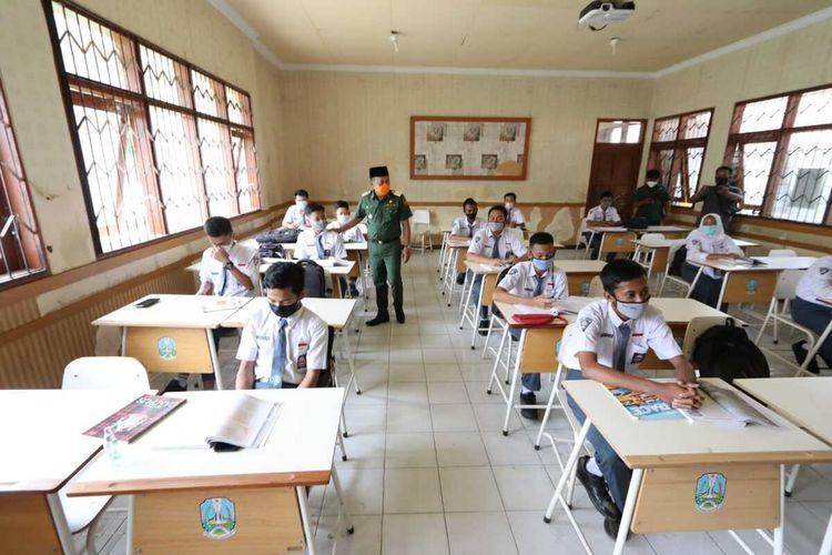 Bupati Ponorogo, Sugiri Sancoko mengecek langsung pelaksanaan pembelajaran tatap muka ditengah pandemi covid-19 di SMKN Jenangan Ponorogo, Senin (5/4/2021).