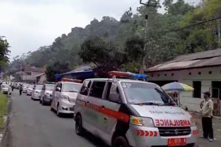 Belasan ambulans konvoi menjemput puluhan warga terpapar Covid-19 dari klaster senam Kecamatan Puspahiang, Kabupaten Tasikmalaya, Kamis (11/3/2021).