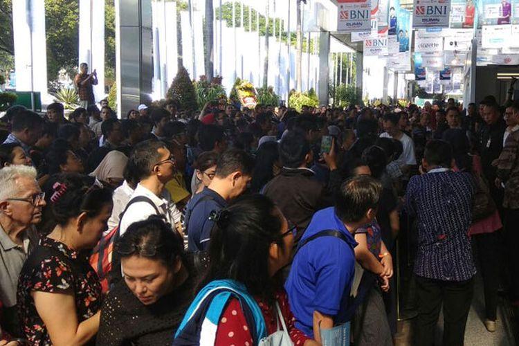 Pengunjung GATF 2017 Fase Dua di Main Lobby, Plenary & Assembly Hall, Jakarta Convention Center, Jakarta, Jumat (22/9/2017). GATF 2017 Fase Dua berlangsung 22-24 September 2017 dan digelar serentak di 22 kota di Indonesia.