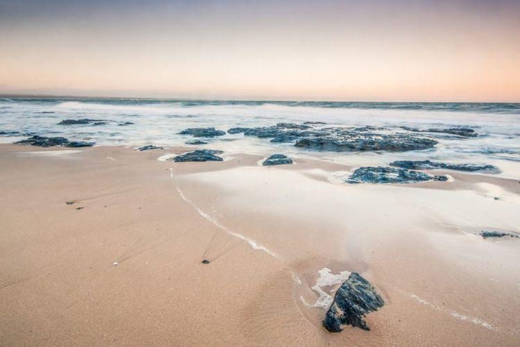 Pemandangan pantai di Teluk Jeffreys, Afrika Selatan.