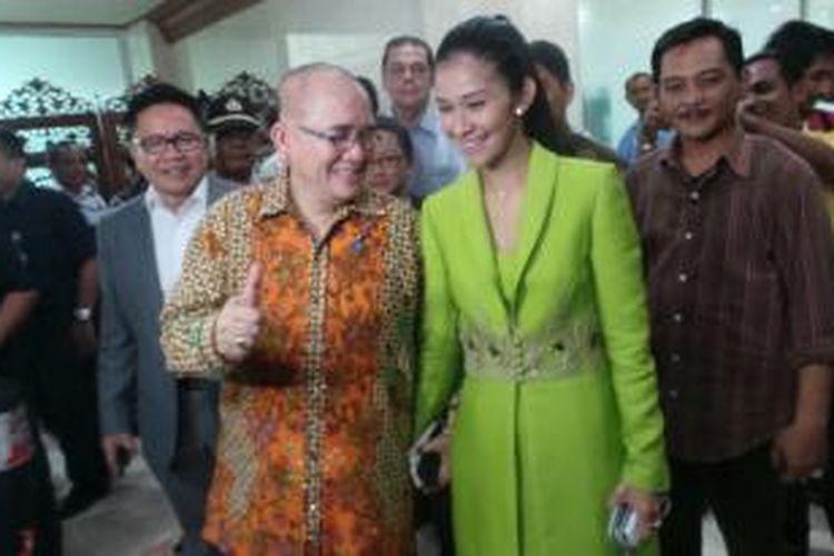 Politisi Partai Demokrat Ruhut Sitompul bersama istrinya, Diana Lovita tampak mesra menjelang pelantikan Ketua Komisi III DPR, Senin (7/10/2013) di Kompleks Parlemen.