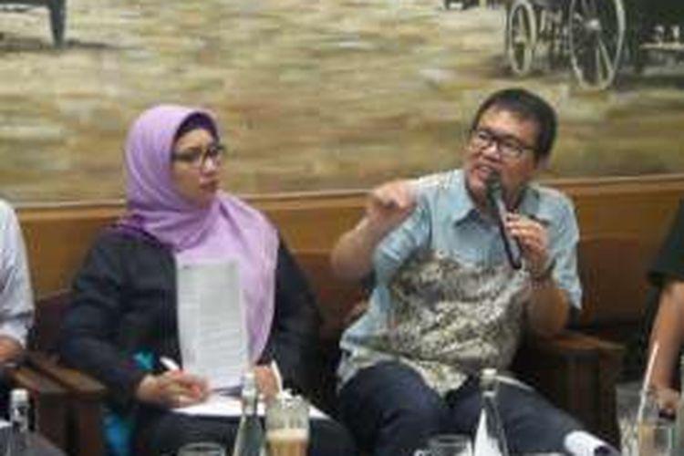 Sekretaris Jenderal Federasi Serikat Guru Indonesia, Retno Listyarti dan Wakil Ketua Setara Institute, Bonar Tigor Naipospos dalam diskusi Toleransi Siswa SMA Negeri di Jakarta dan Bandung Raya, Selasa (24/5/2016).