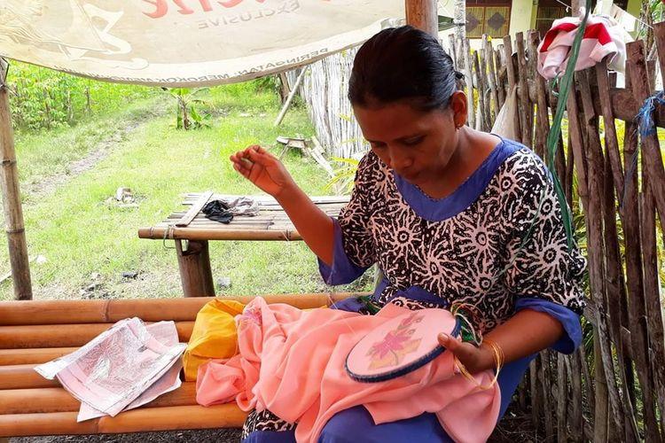 Sulaman karawo menjadi urat nadi perrkonomian ribuan orang di Gorontalo, mulai dari desainer, pengiris serat, penyulam hingga pelaku mata rantai perdagangannya.