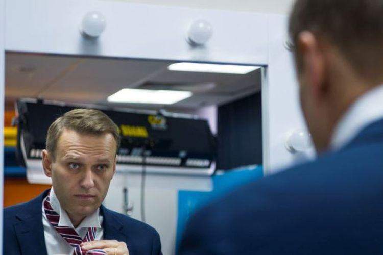 Politisi oposisi Rusia Alexei Navalny bersiap untuk wawancara dengan Associated Press di Moskow, Rusia, Senin (18/12/2017). (AP via VOA News)