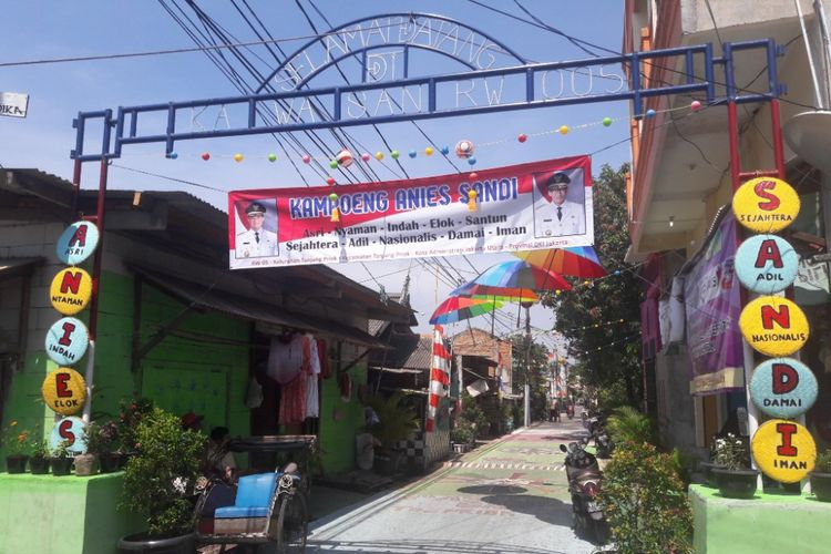 Pintu masuk Kampung Anies-Sandi di kawasan Tanjung Priok, Jakarta Utara, Jumat (13/4/2018).