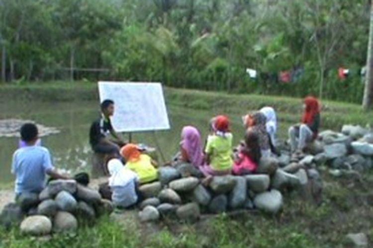 Puluhan kelompok siswa di polewlai mandra Sulawesi barat mengisi liburan panjang mereka dnegan berwisata edukasi di kawasan hutan belantara sambil belajar bahasa inggris. Suasana alam yang asri dan nyaman membuat para peserta betah belajar. Dalam waktu singkat merekabisa lancar bercas-cis cus bahasa inggris bersama teman-teman mereka.