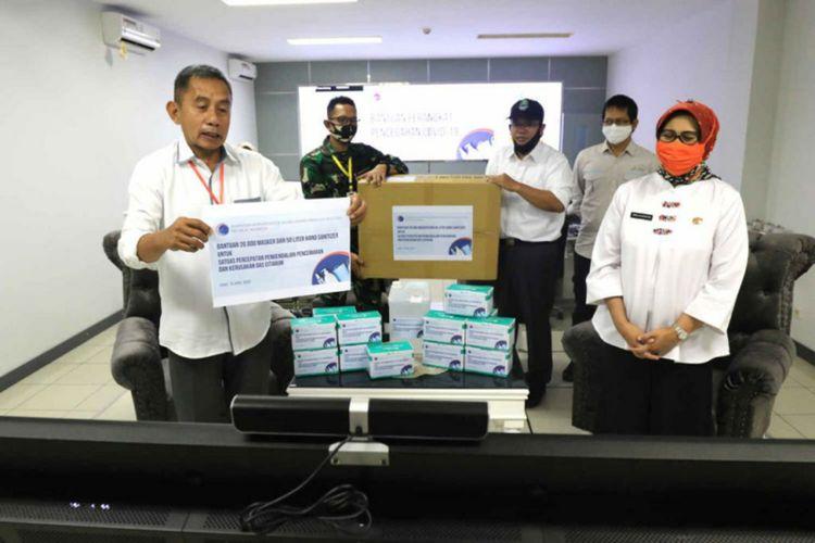 Tim Satgas Citarum Harum saat menerima bantuan  masker dan hand sanitizer dari Kementrian Koordinator Kemaritiman dan Investasi bagi tenaga medis dan korban banjir Citarum, Kamis (16/4/2020).