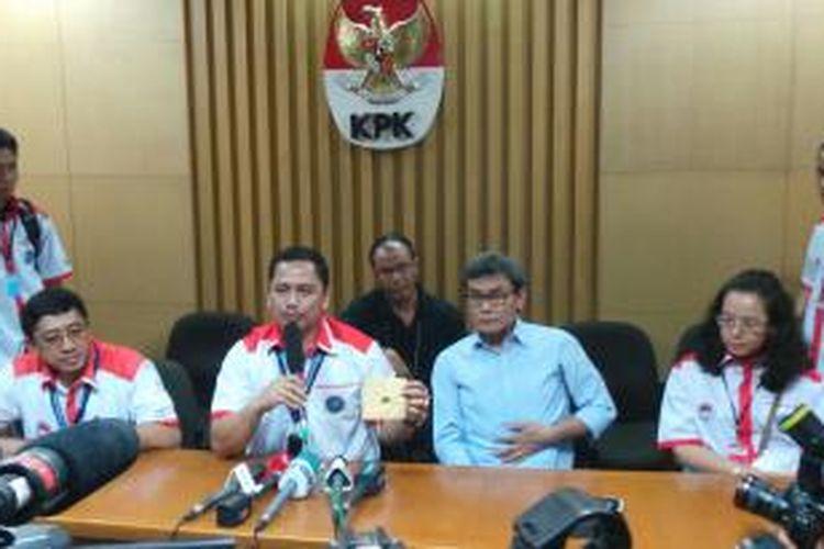 Humas BNN Kombes (Pol) Sumirat Dwiyanto (memegang mikrophone) menggelar jumpa pers di Gedung KPK, Kuningan, Jakarta, Minggu (6/10/2013).