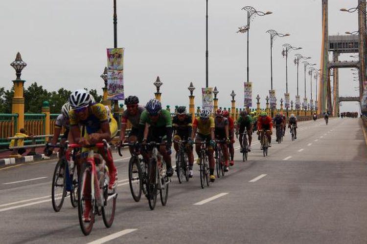 Lomba balap sepeda Tour de Siak Etape I Siak Dayung pada Rabu (19/10/2016). Tampak gambar pebalap dari lima negara memacu sepedanya menuruni jembatan Sultanah Latifah di tengah Kota Siak.