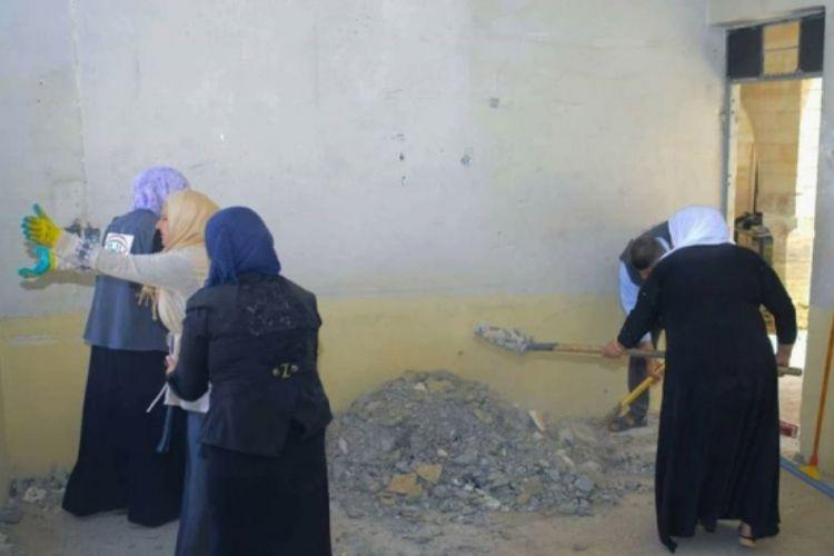 Dalam foto yang diunggah ke media sosial ini terlihat para pemudi Muslim kota Mosul, Irak bersama-sama membantu memperbaiki dan membersihkan biara St George yang rusak dan kotor.