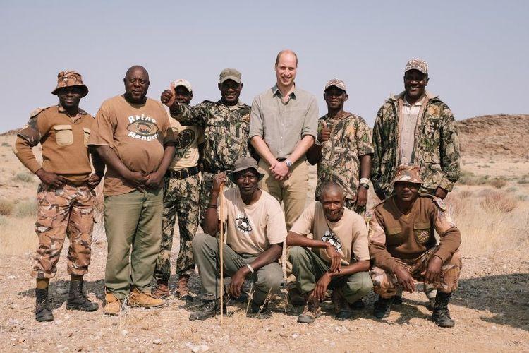 Pangeran William berpose bersama penjaga hutan di wilayah Kunene, Namibia. (Twitter/Kensington Palace)