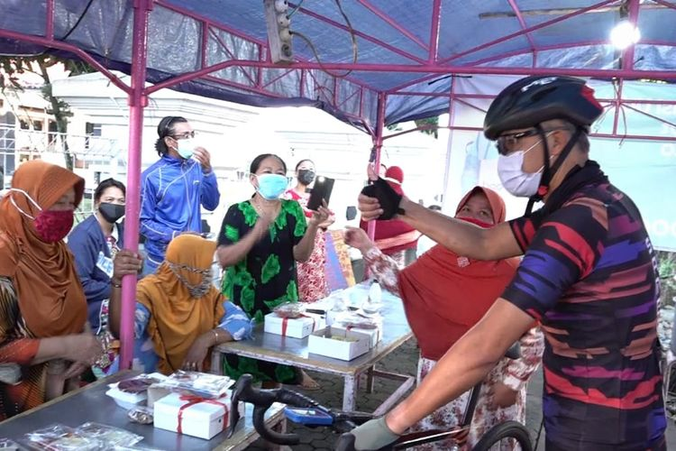 Ganjar memborong dagangan PKL dan membagikan makanan ke warga sekitar dalam momen gowes pagi, Minggu (25/7/2021).