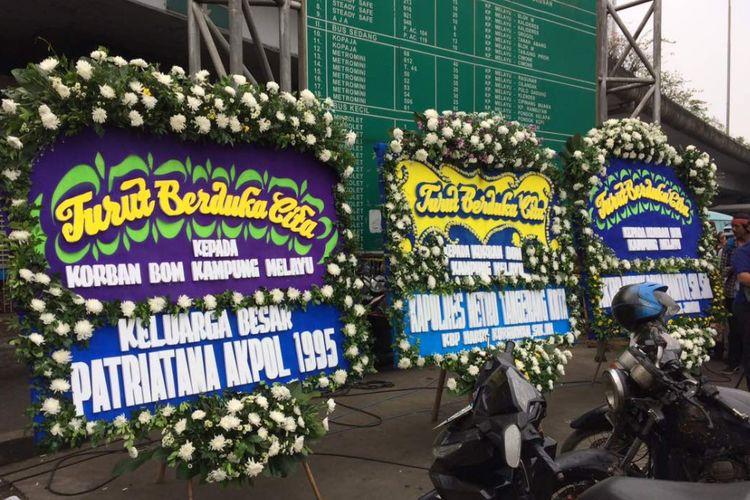 Dua karangan bunga nampak terpasang di lokasi bom, Terminal Kampung Melayu, Jakarta Timur, Kamis (25/5/2017) siang. Karangan bunga sebagai tanda duka cita pihak kepolisian terhadap tiga anggota polisi yang gugur.