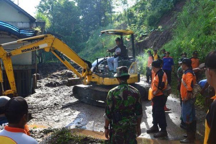 Akses jalan Magelang - Kulonprogo, tepatnya di Desa Sambeng, Kecamatan Borobudur, Kabupaten Magelang, sudah dapat dilalui setelah sempat tertutup material longsor sejak Selasa (14/2/2017) malam. Jalan dibuka sekitar pukul 12.30 WIB, Rabu (15/2/2017).
