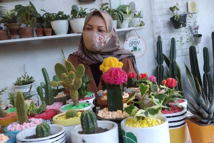 Suasana rumah Ibu Ita dipenuhi tanaman kaktus di depan halaman rumahnya