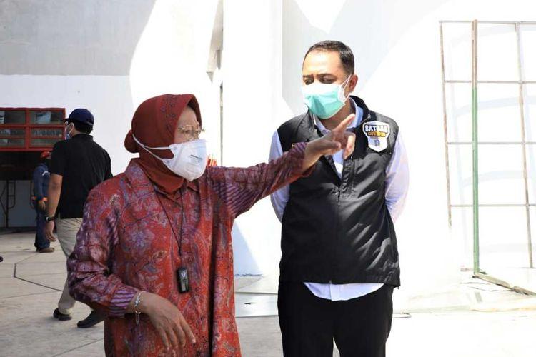Menteri Sosial RI Tri Rismaharini dan Wali Kota Surabaya Eri Cahyadi s Saat Meninjau RS Lapangan Tembak, Kecamatan Bulak, Senin (6/7/2021)
