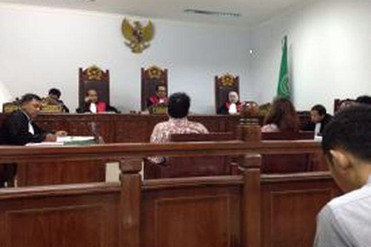 Suasana persidangan kasus kekerasan dalam rumah tangga (KDRT) dengan terdakwa Edy Sulistio yang digugat oleh istrinya sendiri, Lily Elizabeth di Pengadilan Negeri Tangerang, Kamis (25/6/2015).