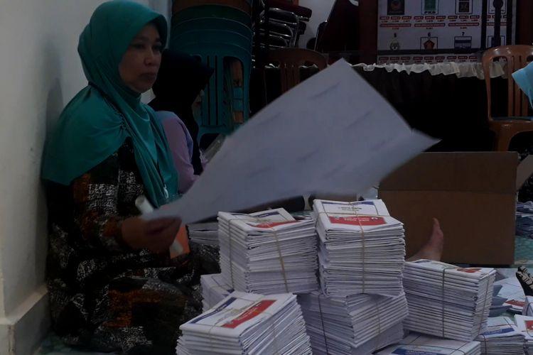 Tenaga penyortir dan pelipat surat suara di KPU kota Palopo dihonor sebesar Rp 80 perlembar, Jumat (01/03/2019)