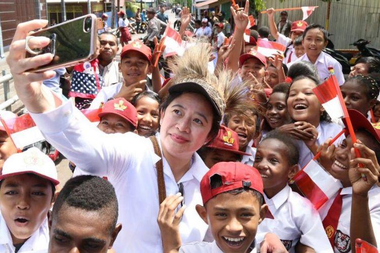 Puan Maharani bersama anak-anak di Asmat, Papua, Kamis (22/2/2018).