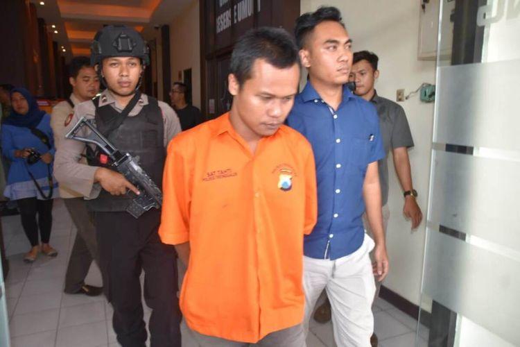 Polisi membawa satu pelaku pembalakan liar yang ditangkap polisi, hendak delimpahkan ke kejaksaan. sedangkan Tiga pelaku lain dalam pengejaran polisi (06/02/2020).