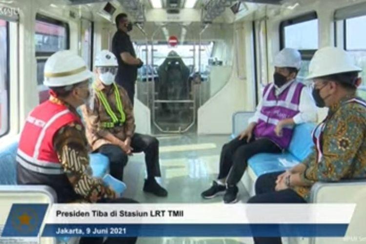 Presiden Joko Widodo dan Menteri Perhubungan Budi Karya Sumadi saat mencoba LRT Jabodebek pada Rabu (9/6/2021).