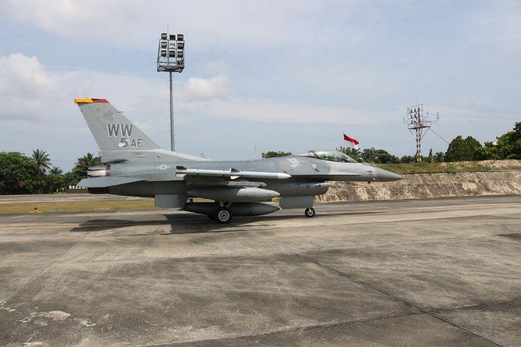 Pesawat tempur F-16 milik Angkatan Udara Amerika Serikat tiba di Lanud Roesmin Nurjadin, Pekanbaru, Riau.