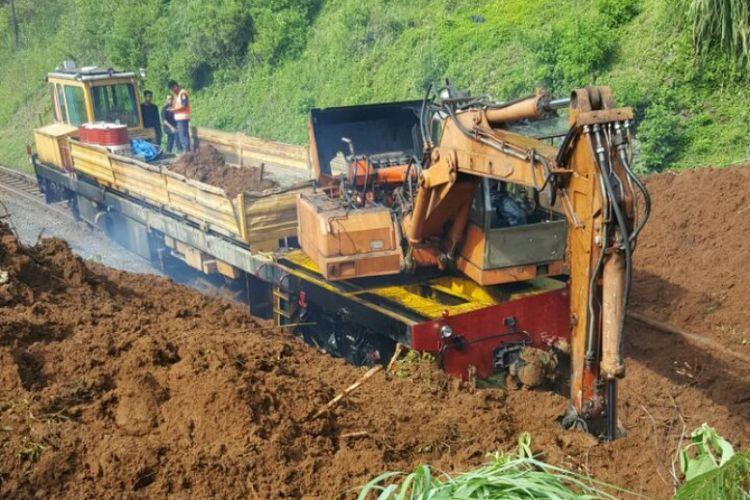 Alat berat diturunkan untuk membersihkan material longsoran yang menimbun rel kereta, Kamis (23/11/2017) diperkirakan pembersihan longsoran akan memerlukan waktu hingga sore ini