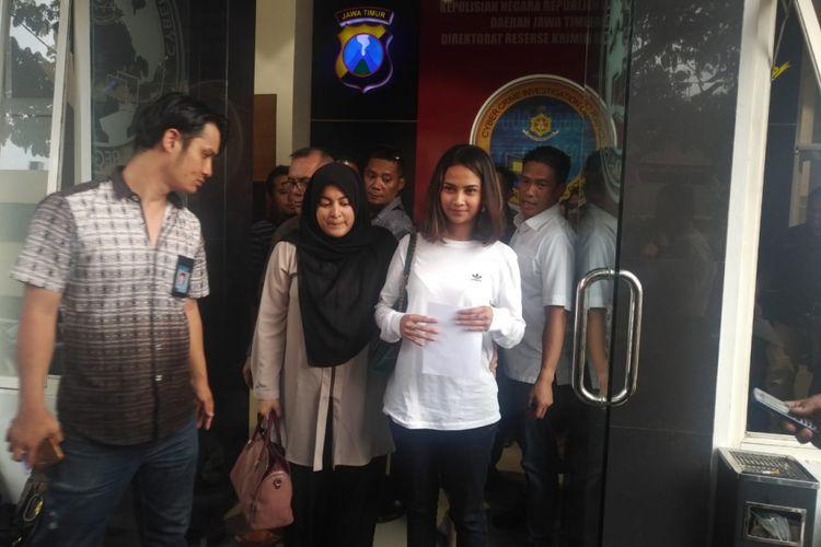 Vanessa Angel di depan ruang Ditreskrimsus Polda Jawa Timur, Minggu (6/1/2019)
