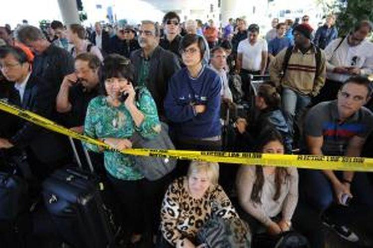 Calon Penumpang di Bandara Internasional Los Angeles Amerika Serikat terdampak insiden penembakan yang terjadi di bandara itu pada Jumat (1/11/2013) pagi waktu setempat. Hingga Jumat malam, seluruh layanan penerbangan melalui bandara terbesar ketiga di Amerika tersebut masih dihentikan.