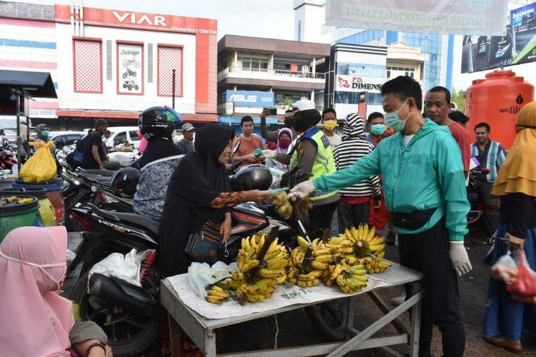 Wali Kota Pontianak Edi Rusdi Kamtono membagikam masker kepada pedagang pasar tradisional, belum lama ini.