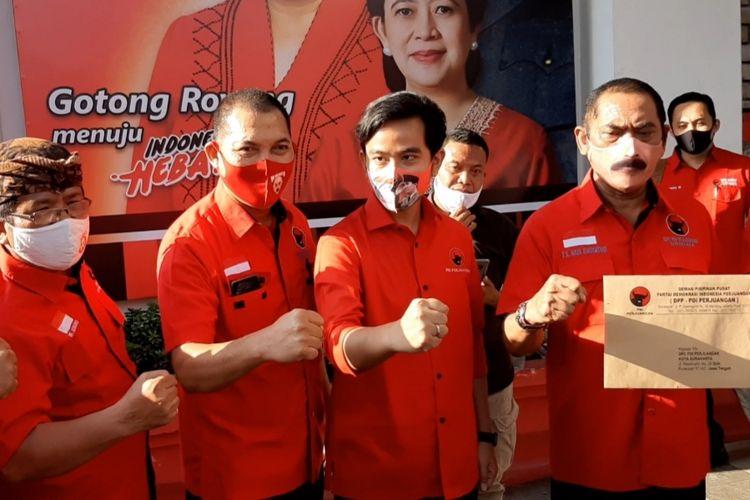 Pasangan Calon Wali Kota Solo Gibran Rakabuming Raka bersama Calon Wakil Wali Kota Solo Teguh Prakosa dan Ketua DPC PDIP Solo, FX. Hadi Rudyatmo di Panti Marhaen Semarang, Jumat (17/7/2020).