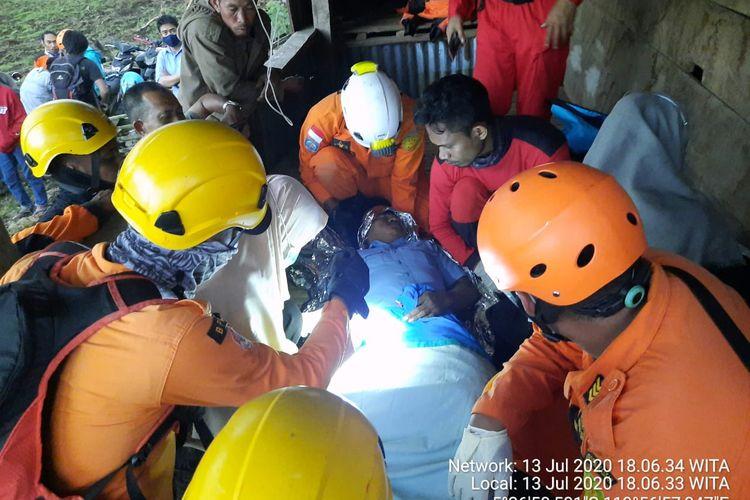 Tim gabungan evakuasi enam pegawai  Perusahaan Daerah Air Minum PDAM Bantaeng terjatuh ke jurang sedalam lebih dari 70 meter di Pangka Cinayya, Muntea Lanyying, Desa Bontolojong, Kecamatan Uluere, Kabupaten Bantaeng, Sulawesi Sulawesi, Senin (13/7/2020).