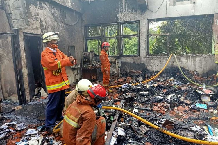 kebakaran di SMA 100 Jakarta Timur, Rabu (1/7/2020).